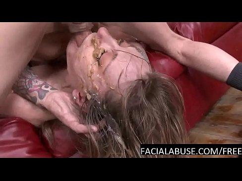 Mager mokkel in haar keel neuken tot ze kotst