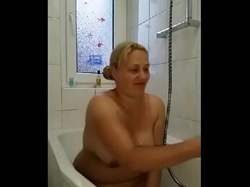 Dikke duitse moeder laat zien wat voor geiel shit je kan met een tampon