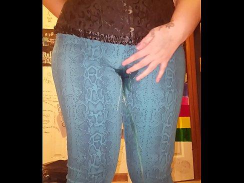 Rijpe moeder plast zachtjes in haar broek